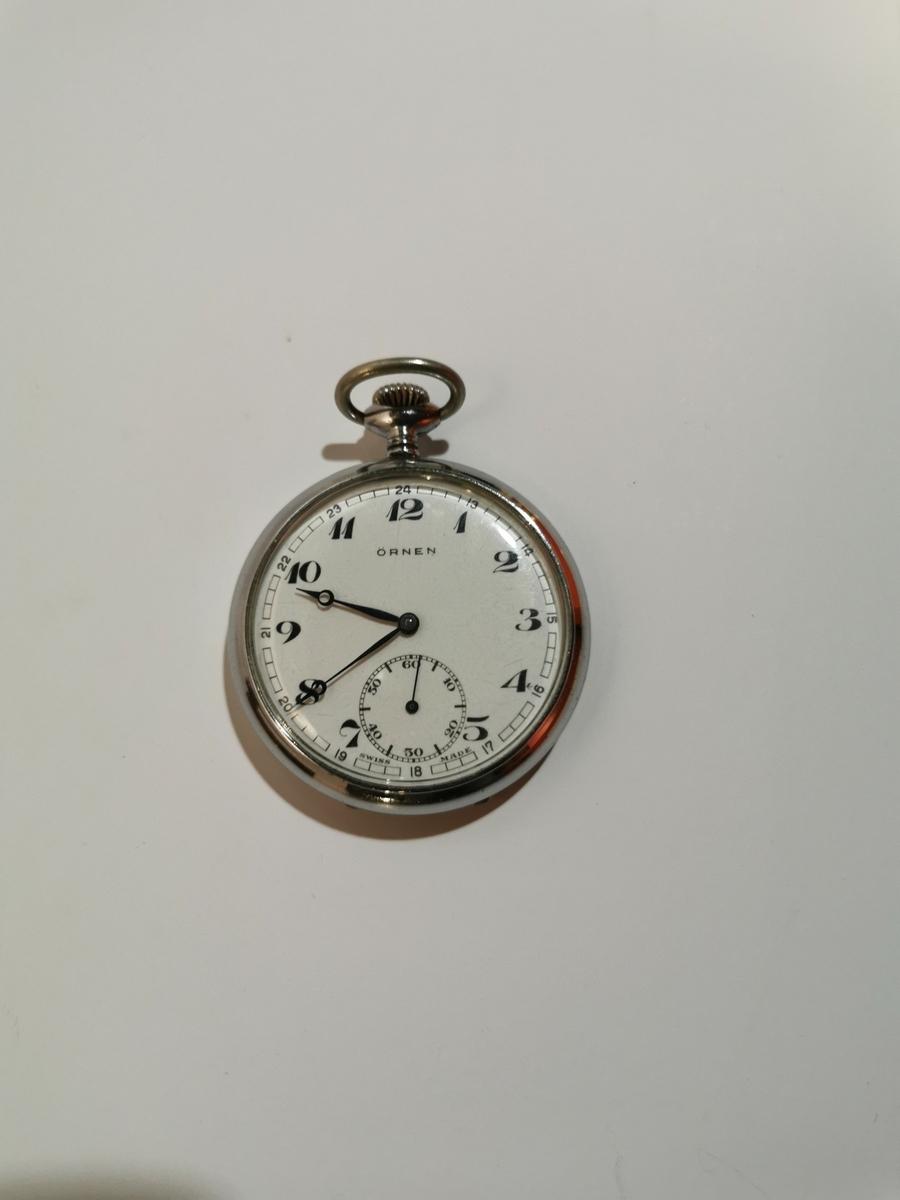 Rundt lommeur med time og sekund visere