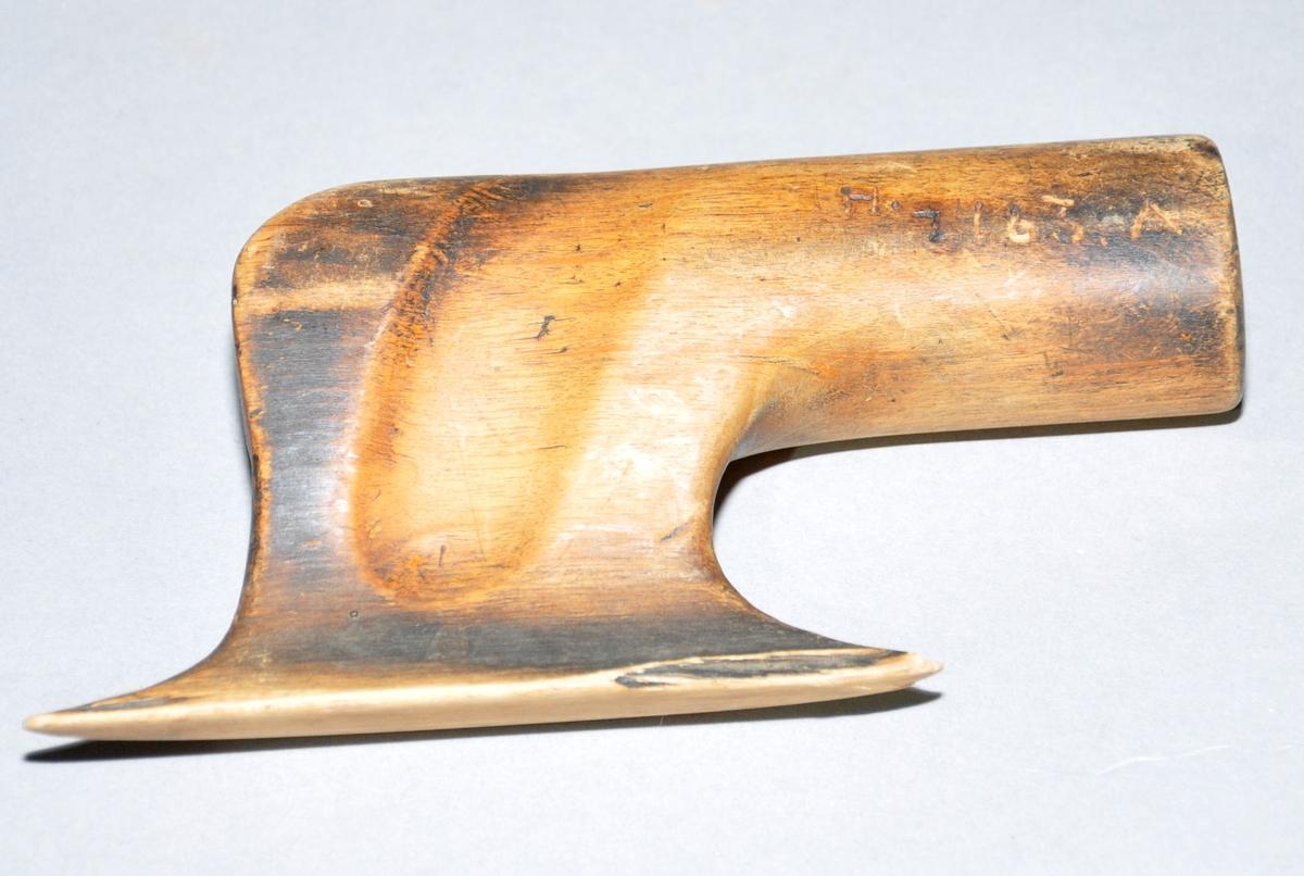 Randstokker av tre. Randstokkene har noe forskjellig utforming, men til felles har de alle en oval trykkeflate som går over til et sylindrisk håndtak, i ett trestykke.