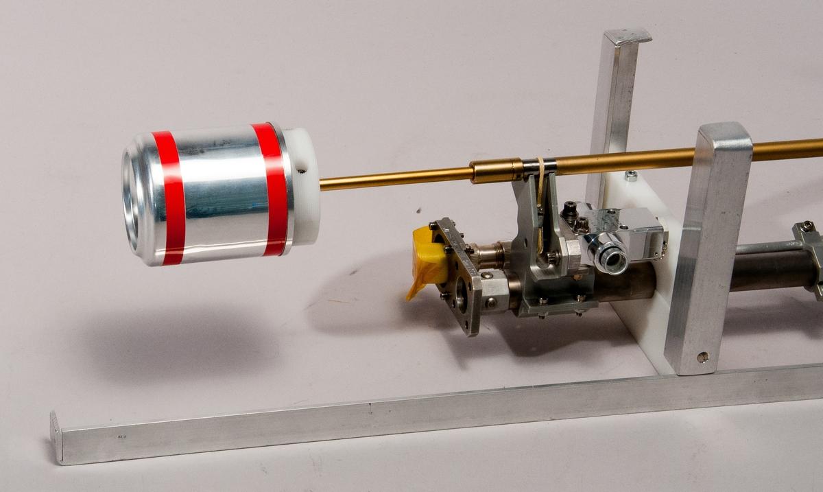 Langmuirprob, tillverkad för Cassinimissionen, ser nr 001. På rymdsonden Cassini var en sådan monterad tillsammans med en elektronikenhet. Probens diameter är 50 mm. Kulan är belagd med en blandning av guld och titan. En Langmuirprob är en liten elektriskt ledande kropp som sticker ut från rymdfarkosten (i form av en kula). Denna ansluts sedan till en positiv spänning. Kulan drar då till sig elektronerna i plasmat, vilket gör att det flyter en ström till proben. Ju fler elektroner, desto högre ström. På så vis mäts elektrontätheten i rymden. Det är även möjligt att mäta temperaturen och ibland också plasmats hastighet. Till proben hör en transportväska märkt med skyltar och inredd med stötupptagande material i statiskt skyddande plastfolie. Märkning: J1 207 3LP01, sernr 001.