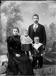 Portrettbilde av Baker Bjerke med sin familie