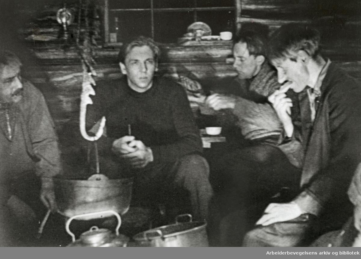 """Under innspillingen av filmen """"Det drønner gjennom dalen"""" Regi Olav Dalgard. Filmen hadde premiere 16. januar 1938 og forteller om en skogsarbeiderstreik - en drakamp mellom rike skogseiere og fattige tømmerhuggere. På bildet: Tryggve Larssen og Kåre Wicklund."""