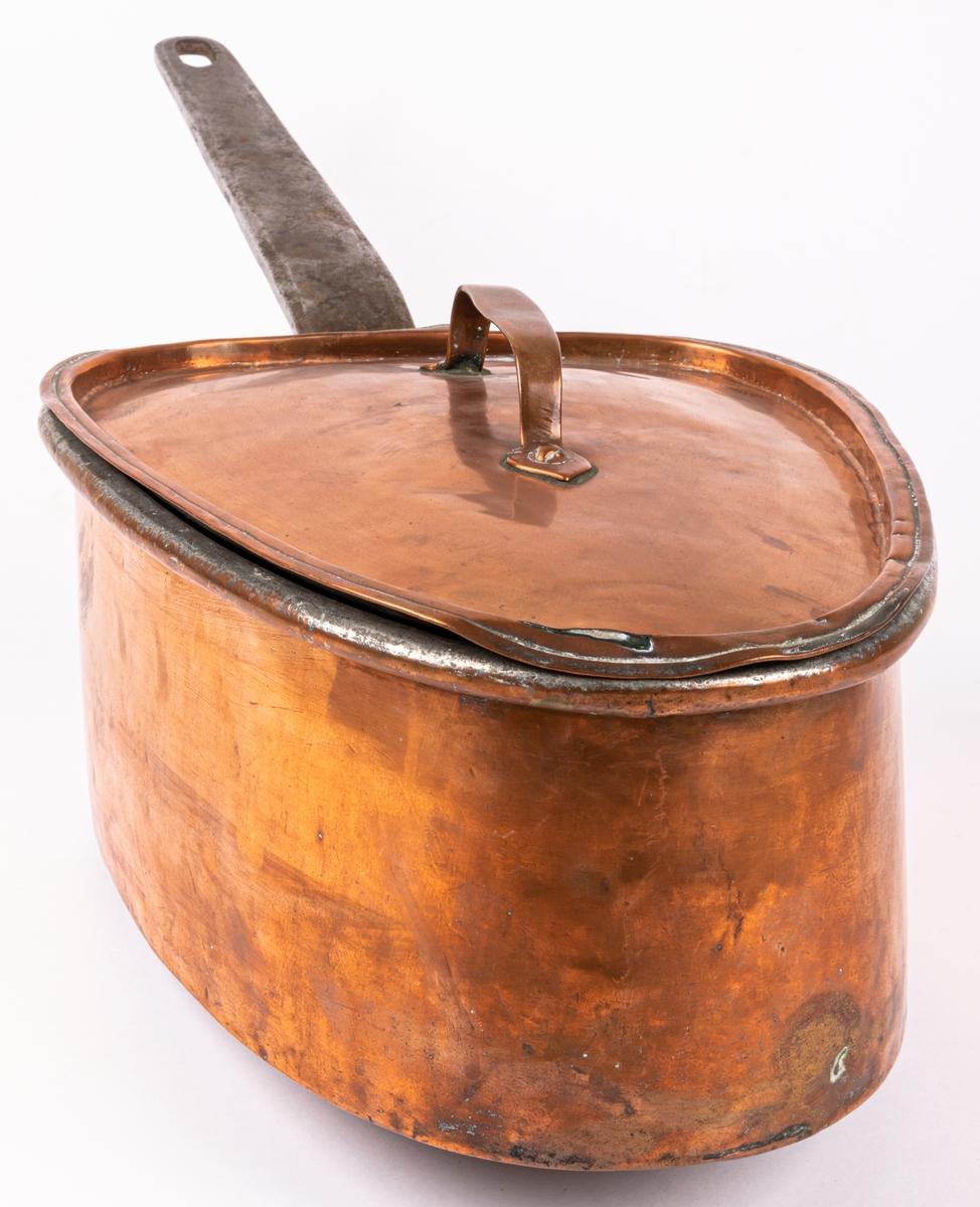Kastrull, koppar, med lock, trekantig.