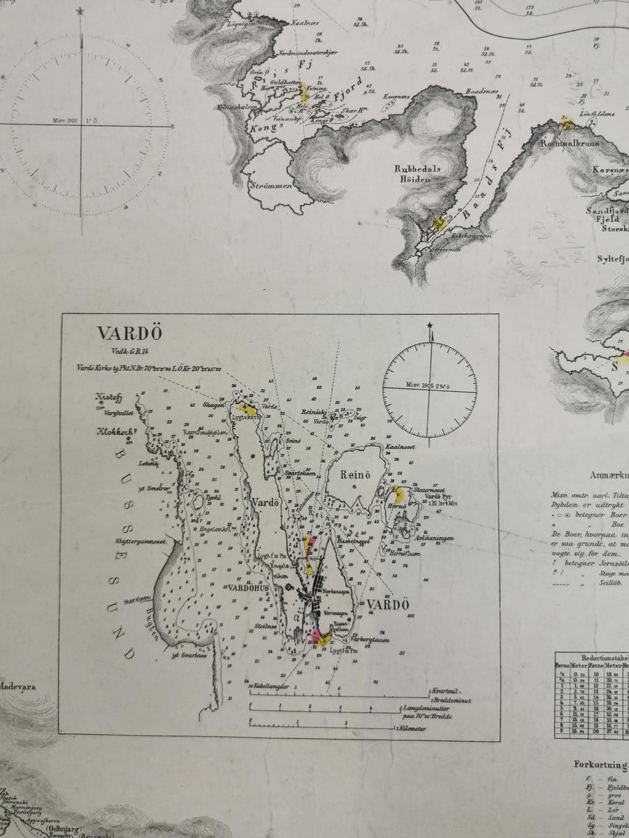 Et retangulært sjøkart. Kartet er blitt delt i to. Høyre hjørne oppe mangler og kantene har rifter og skader. Kartet har mer detaljerte beskrivelser av Vardø og Vadsø.