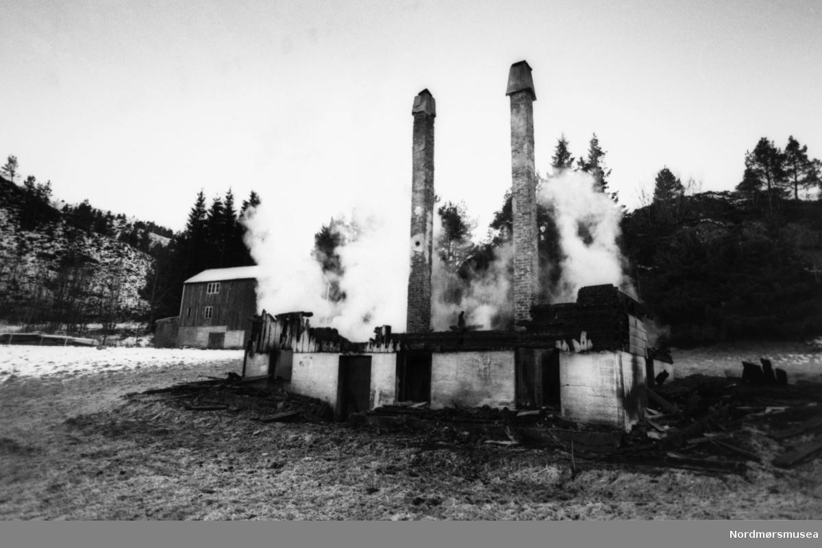 Brann på Bruhagen i Averøy kommune, 9/2-91. Bildet er fra avisa Tidens Krav sitt arkiv i tidsrommet 1970-1994. Nå i Nordmøre museums fotosamling.