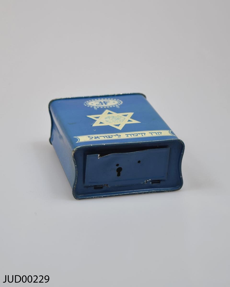 """Insamlingsbössa, tillverkad av plåt som sedan målats blå med benvit dekor. Dekorerad med hebreisk text, Davidsstjärna samt """"J.F"""""""