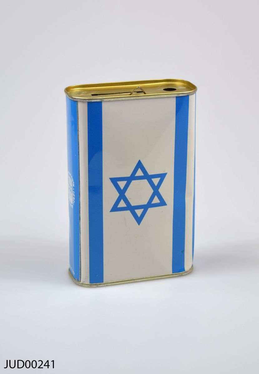"""Insamlingsbössa, tillverkad av plåt och målad vit och blå. Dekorerad med en karta över Israel samt Israels flagga. Även dekorerad med hebreiska bokstäver, samt texten """"Keren Kayemeth Leisrael"""""""