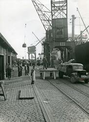 Lossing av gods på Oslo havn. 1940-tallet.