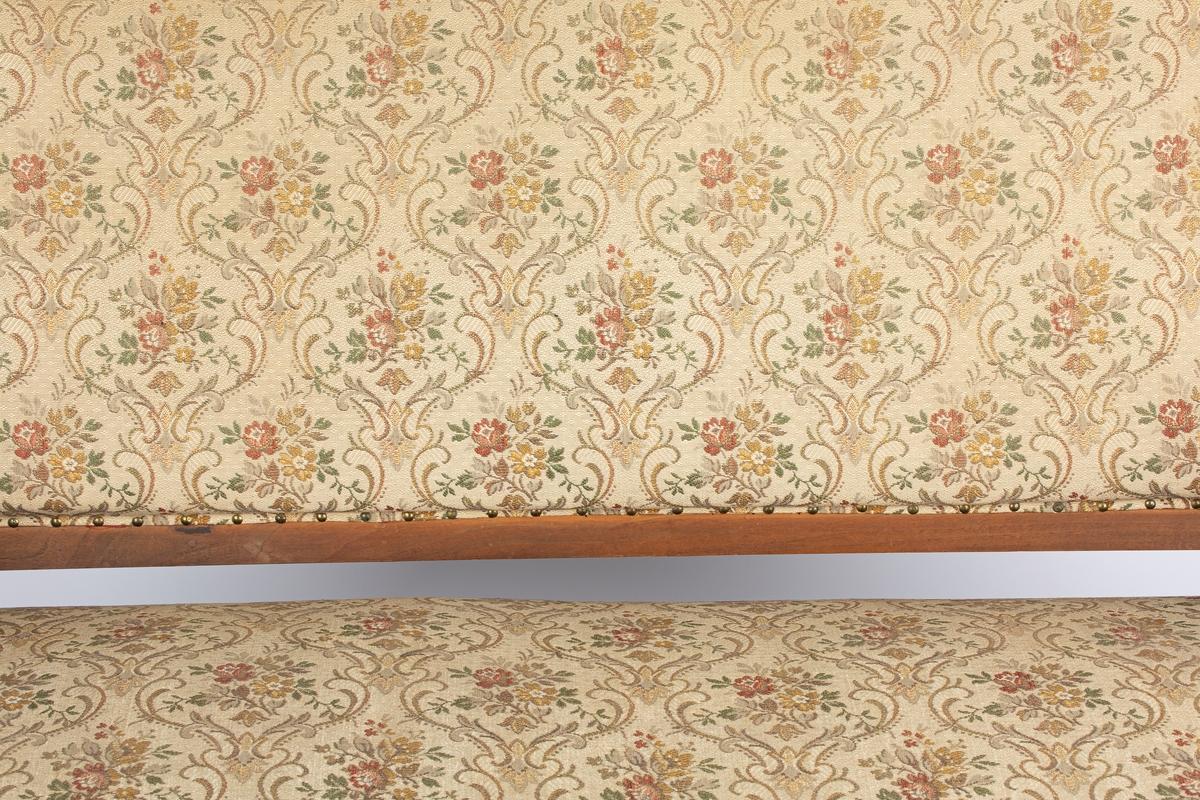 Dragestil med Biedermaiertrekk. Ant. slutten av 1800-tallet. Brunbeiset treramme, beige trekk med flerfarget rosemønster. Utskjæringer.