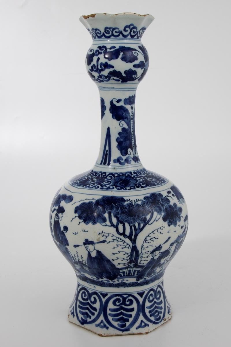 Kinesisk landskapsmotiv med figurer. Bord med blader hvor utformingen er basert på det kinesiske ruyisymbolet. Skjematisk blanding av blomster og palmeblader på halsen. Mønster med blomster, blader og ruyi på toppen.