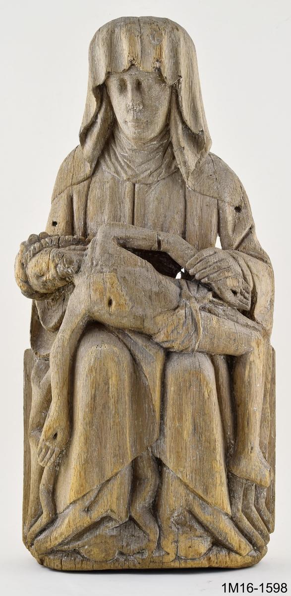 Skulptur, Marie klagan (Pieta). Maria sitter med sin döde son i knät. Huvudet täckt av en slöja som faller ned över axlarna, är böjt åt höger. Vänster hand håller den dödes vänstra arm. Kristi törnekrönta huvud är nedsjunkt mot Marias högra arm. Kristi högra arm hänger rakt ned vid Marias högra knä. Underbenen hänger vertikalt mot marken. Kristus bär ländkläde och har korsfästelsens sårmärken återgivna. Marias mantel är rikt draperad över armar och ben. Hål i huvudet för relikgömma. Spår av kreditering och brun färg. Vertikala sprickor och hål. Urholkad på baksidan. Tidigare placerad i Edåsa kyrka.