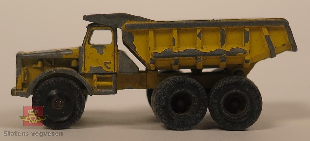 Samling av sju modeller. Hengeren er blå, 2 biler er oransje, 1 bil er rød, 1 bil er blå 1 bil er gul og 1 bil er hvit. Alle er laget av metall og har en skala på 1:70.