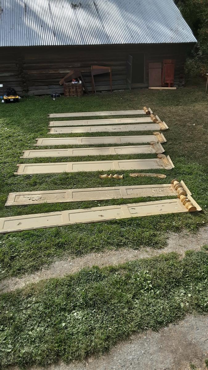8 paneler med 3 felter på hver. Panelene er nå malt lyse i gul/hvit/beige farge. Underfarge er mørk brunlig. (Ikke undersøkt skikkelig). 4 paneler har jonisk forgyldt toppstykke festet til panelet og 4 paneler har søyler festet på panelet. 1 toppstykke og 1 dreid søyle er løse i tillegg.