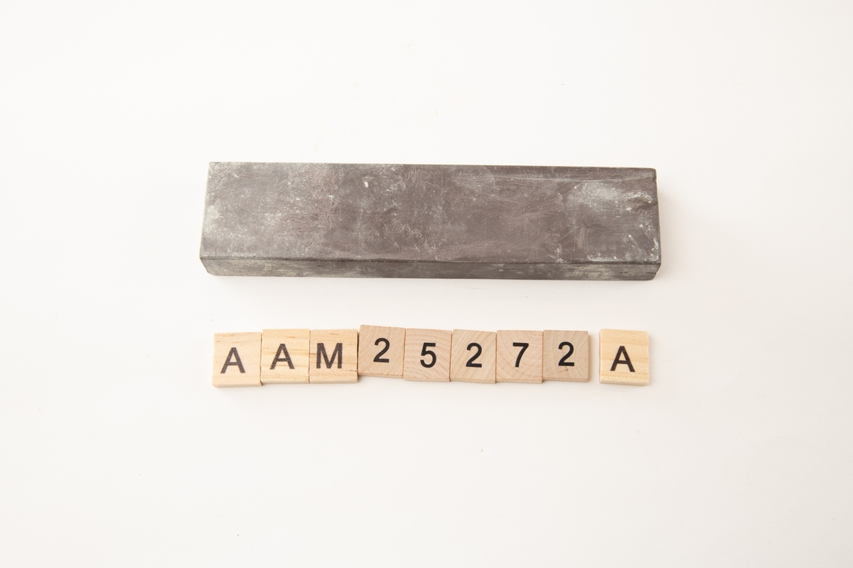 a) Bryne, rødbrun, L: 17.5 cm oljebryne.  b) Bryne, grå, L: 12.3 cm vannstein.  c) Bryne, beige, 14.7 cm oljebryne.  Trekantet, til sliping av barberknivbrynene, L: 5.8 cm. Brynesteinene er alle av keramisk materiale(?). Brynene sto i sigaresken i forretningen, men de sto ikke framme.