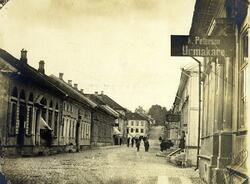 Stora Brogatan på 1880-talet med urmakare Peterson t.h.
