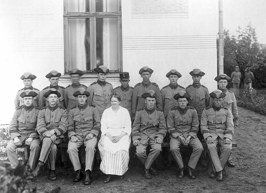 Bild ur en arkivkartong med 34 st. s/v fotografier. De flesta är gruppbilder av oidentifierade personer. Här Brödraketsen vid I-15 år 1922. 1921-års klass.