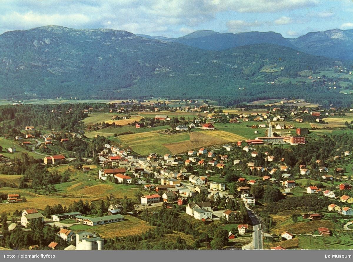 Flyfoto av Bø sentrum mot Lifjell, tatt frå sør, 1970