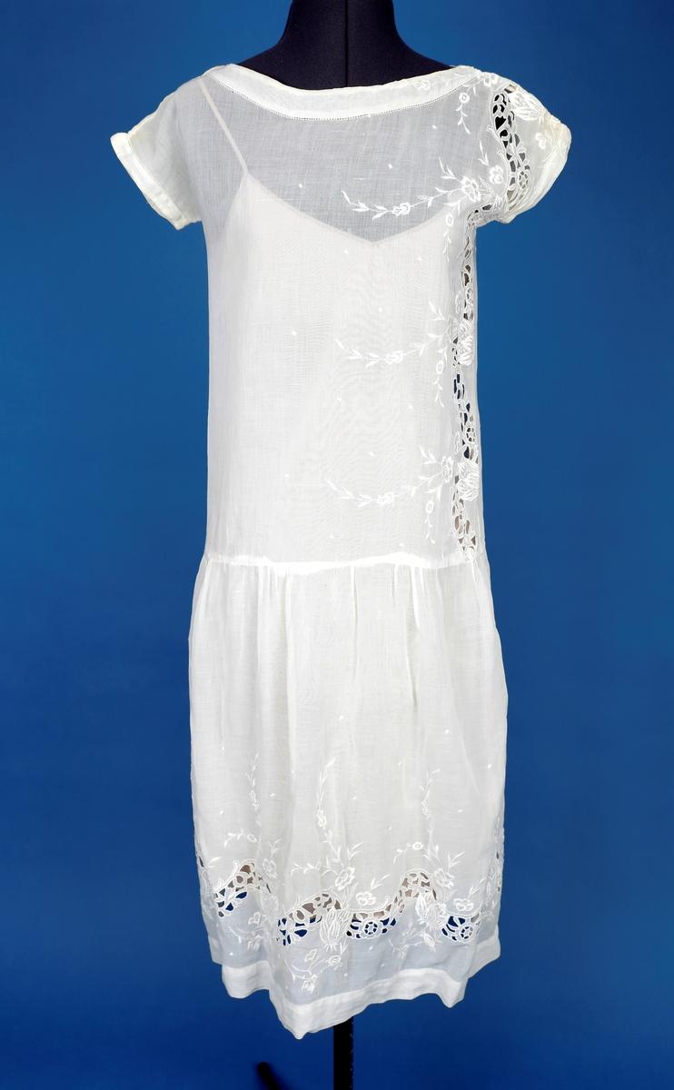 Hvit kjole med engelske blonder. ermeløs. Hjemmesydd.