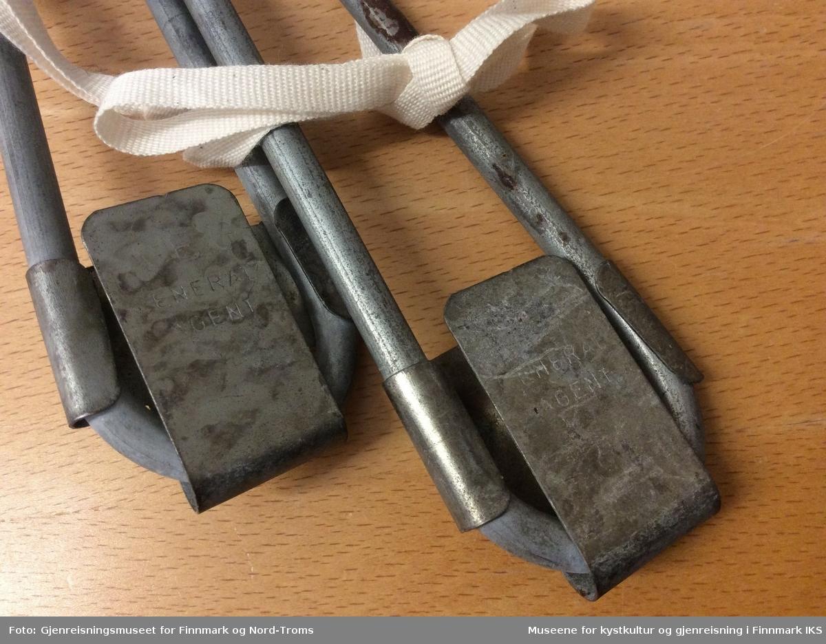 Skotørkerne består av to løkker av metall. Bak er det et ledningsinntak av svart kunststoff, muligens av bakelitt. Ledningene er grå.