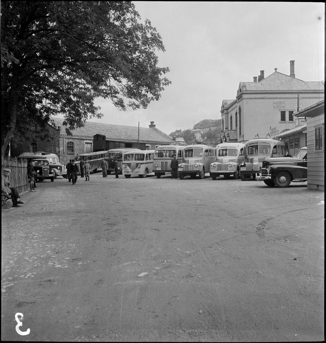 Busser på Egersund rutebilstasjon på Areneset. Det er blant annet busser fra Bjerkreim Automobilselskap og Østrems Bilruter.