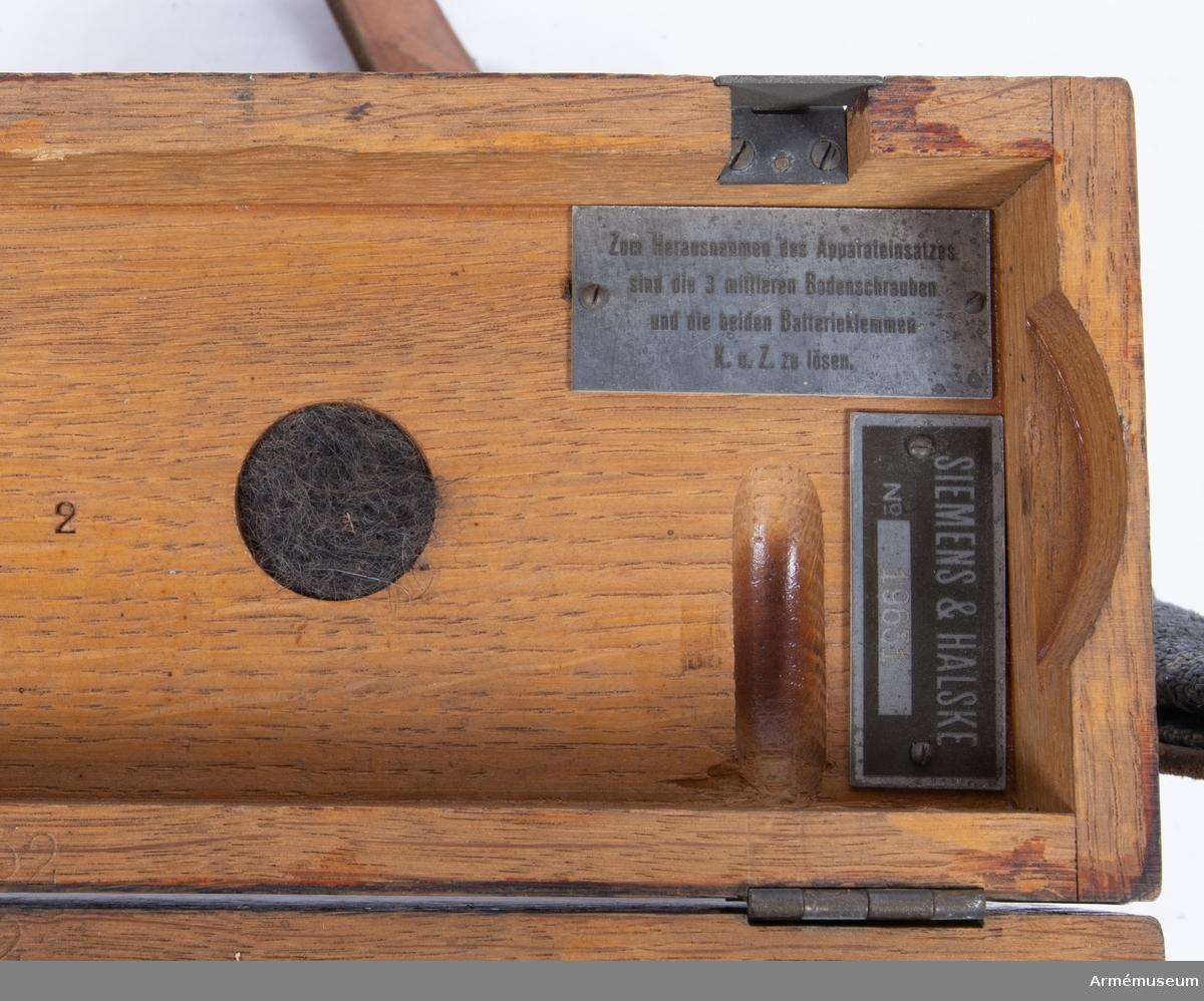 Grupp H I. Tysk fälttelefonapparat. Prövad i Sverige år 1926.