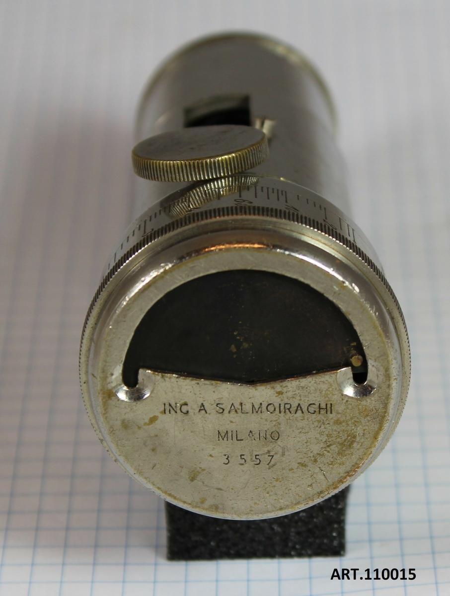 Avståndsinstrument från sena 1800-talet avsett för kanonbatterierna. Tillverkare, Ing A Salmoiagrhi (1848--1939) Milano. Individnummer, 3557