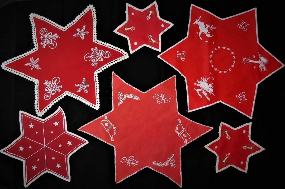 33 juledukar/ løparar/ brikker i ulike storleikar og utforming. Nokre av dei er brodert for hand, og nokre er maskinelt produserte. 6 stjerneforma brikker, 7 runde brikker, 2 kvadratiske brikker, 3 rektangulære brikker, 3 ovale løparar, 8 rektangulære løparar, 4 større dukar.