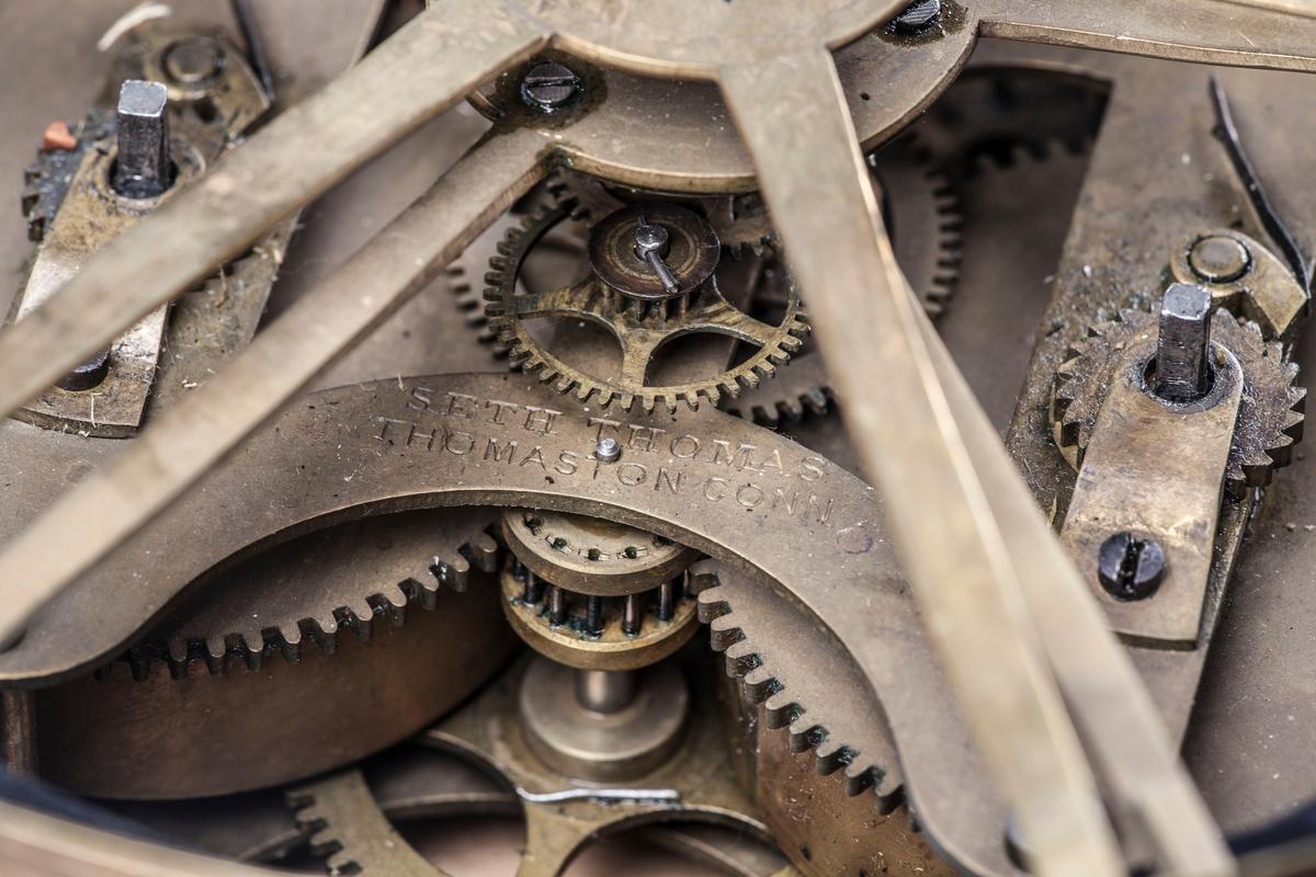 Urneformet ur av svartlakkert tre og bronse. På bronseringen ved foten står inngravert: Pohlman u: Braasch. Inv. u: verferiget 1778. Urverket er trolig av nyere dato og satt inn seinere, jf. finerplata. Urverket er av merket Seth Thomas, Thomaston Conn.