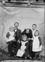 Edvard og Gina Kristoffersen med sine fire barn