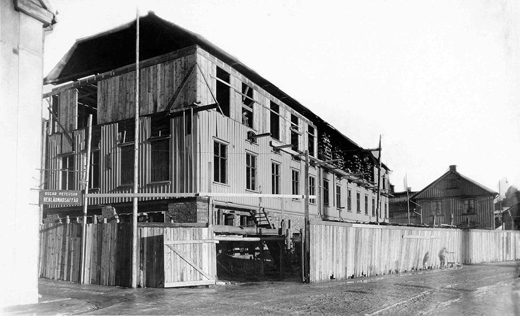 Kvarteret Pluto. Södra Strandgatan, Borås. Tillbyggnaden på dr Charles hus på 1920-talet. Stora Kyrkogatan går in till höger i bilden. Dåvarande Torpagatan.