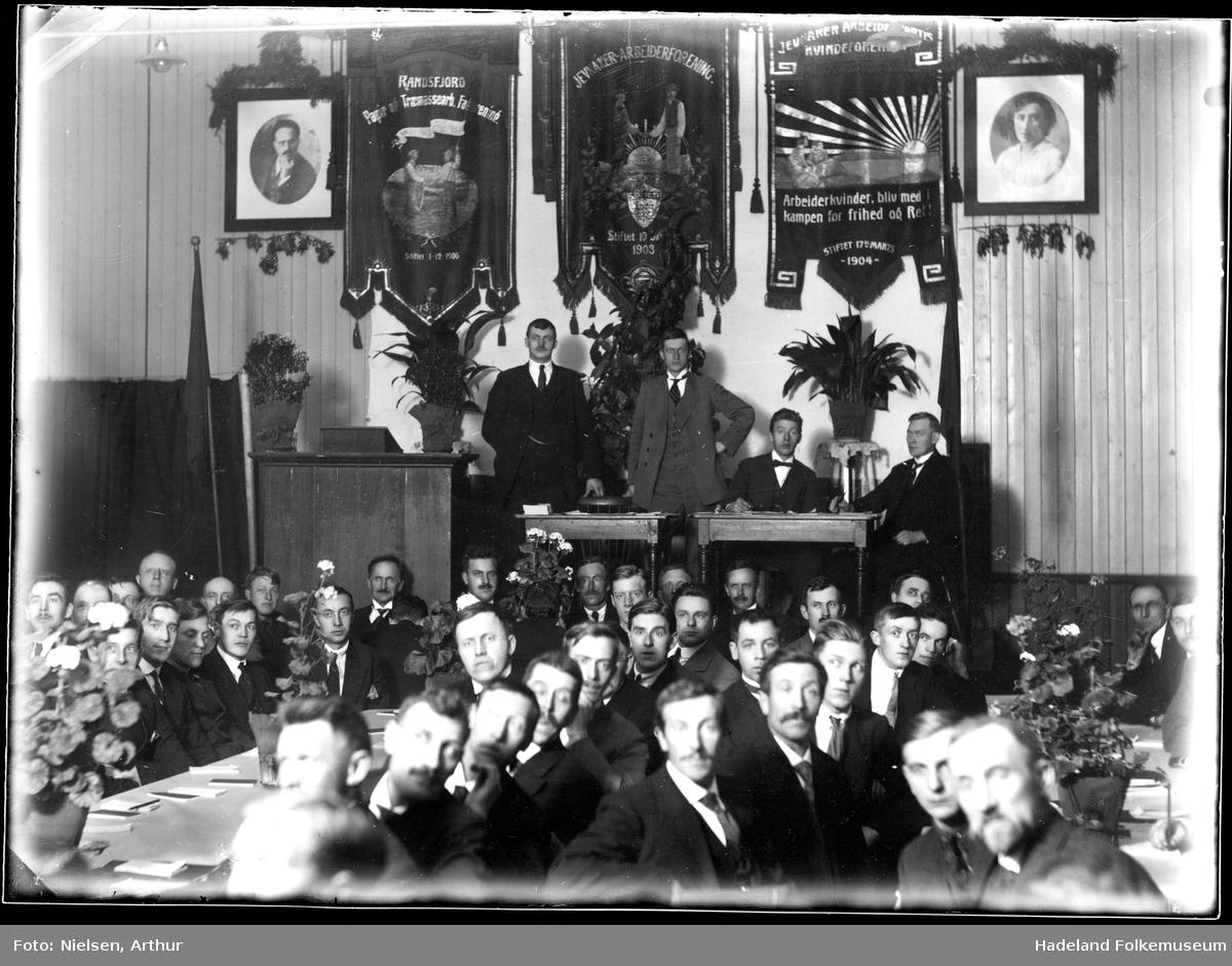 Jevnaker Arbeiderparti møte i Folkets Hus i Jevnaker.