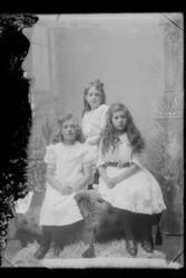 Gruppe med unge kvinner. Ester Sørensen