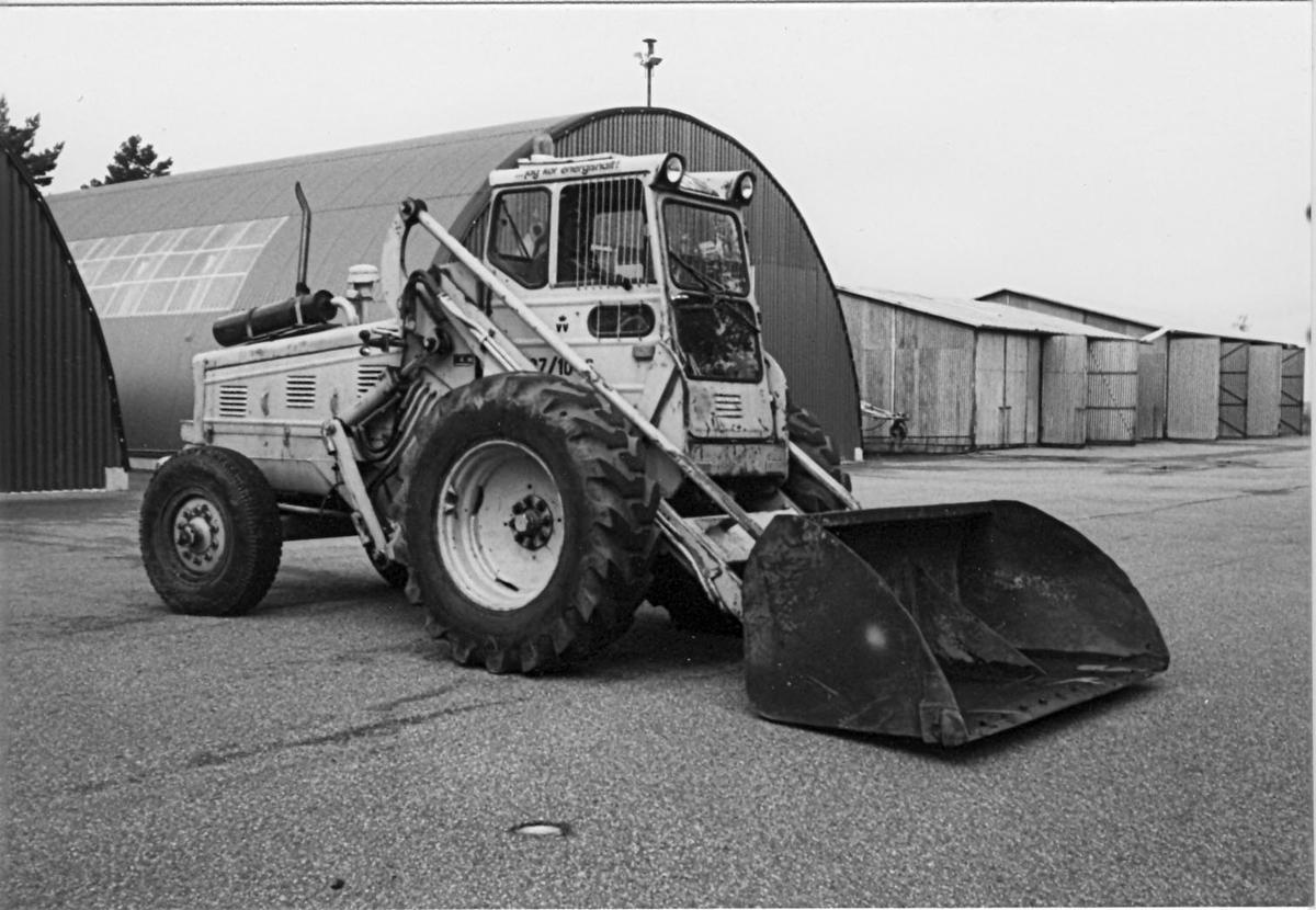 Gulmålad lastmaskin.  Extrautrustning: gaffellyft, snöskopa, grusskopa, lyftarm, snöplog.  Instruktionsbok i förarhytten.  Används i det dagliga arbetet.  (Baklastare H10 byggd på BM-traktor kom ut i marknaden 1954).  VVNR: 1046 TYP: 218 TD CNR: 40172 MNR: 49807