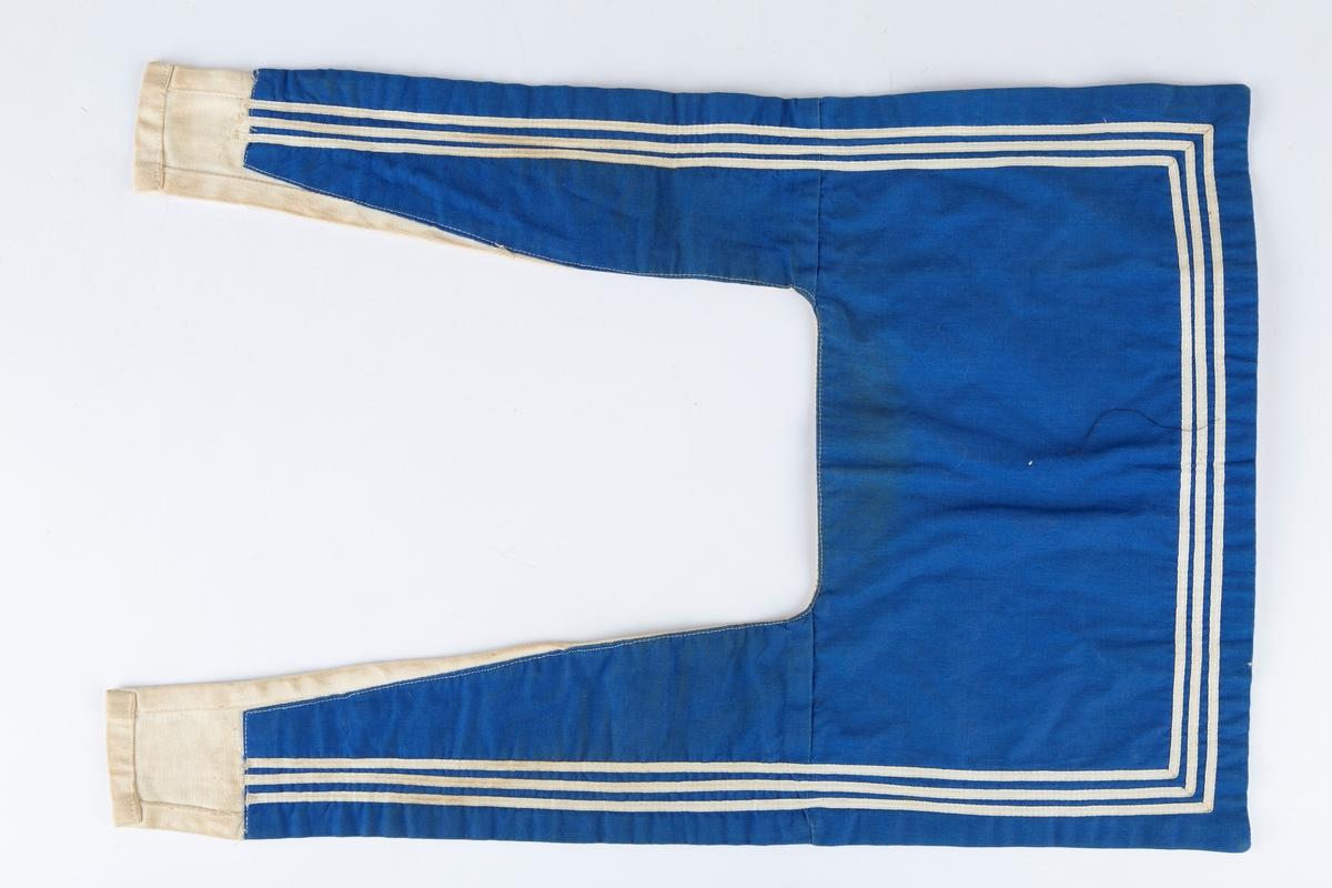 Matroskrage i kongeblått lerret med hvit diagonalvevet underside. Tre striper.