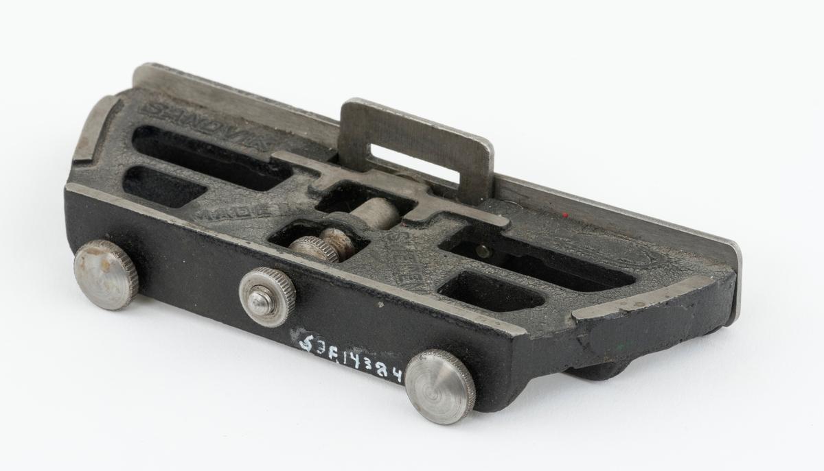 Mal, filmal, juesterapparat, for filing av høveltannede sagblad til tømmersvanser og stokksager. Filmalen er stillbar for å gi høveltennene riktig vinkel og høyde. Sagbladets høveltenner føres opp i en spalteåpning i filmalen der de files med en flatfil.  Høveltannede sagblad er konstruert slik at særskilte tenner skjærer fibrene mens andre tenner (høveltennene) høvler sagsponen løs og fører den bort. (Se Håndbok for huggere, s. 16. ) Kan også brukes for avretting av skjæretenner.