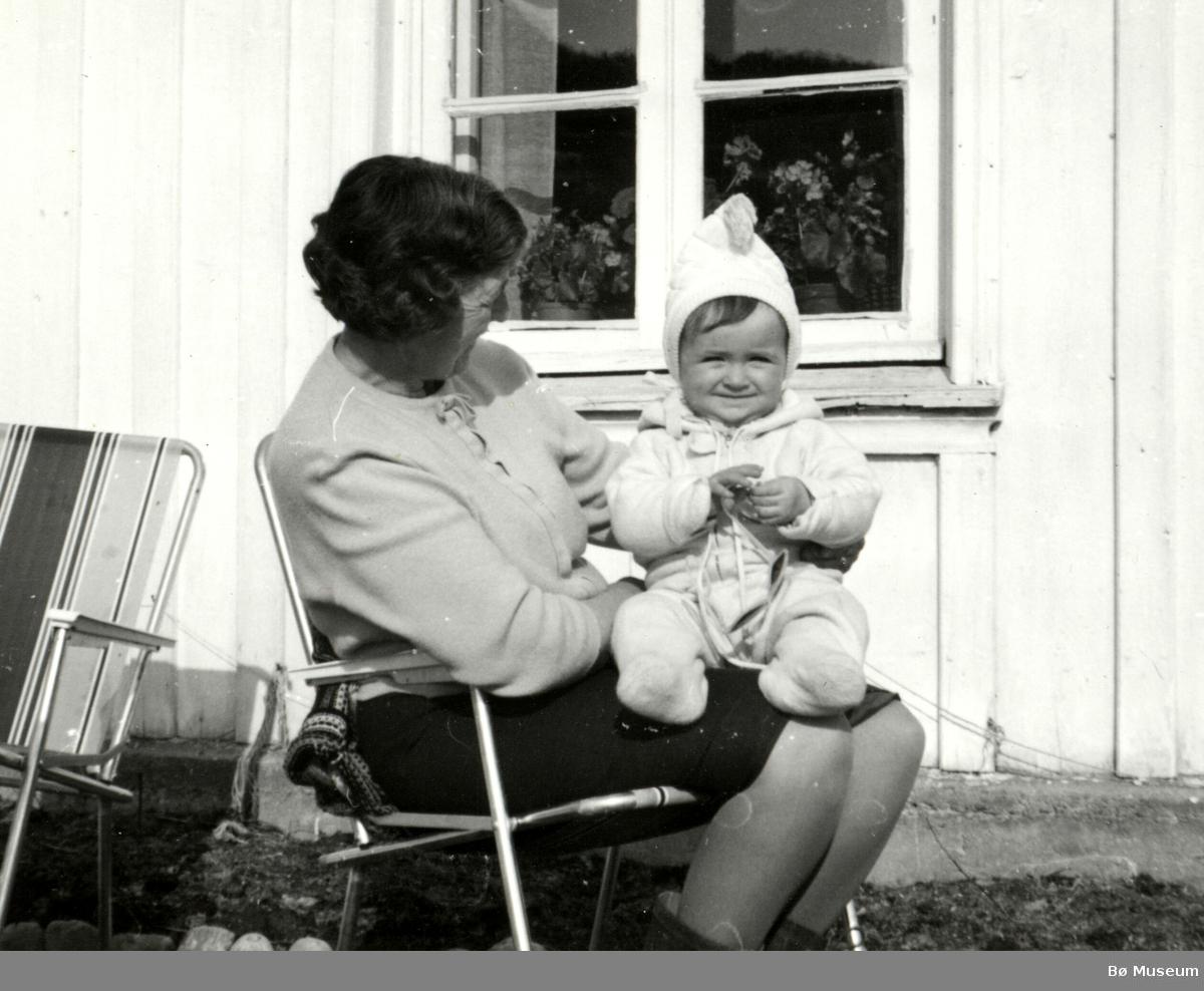 Ragnhild Kristiane (Sundby) Vreim og barnebarnet Anne Cathrine Holta.