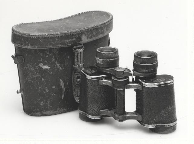 Optik 8x30. I tillhörande läderväska