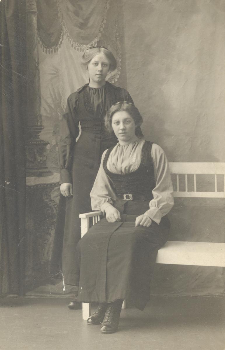 To kvinner i stakk og liv
