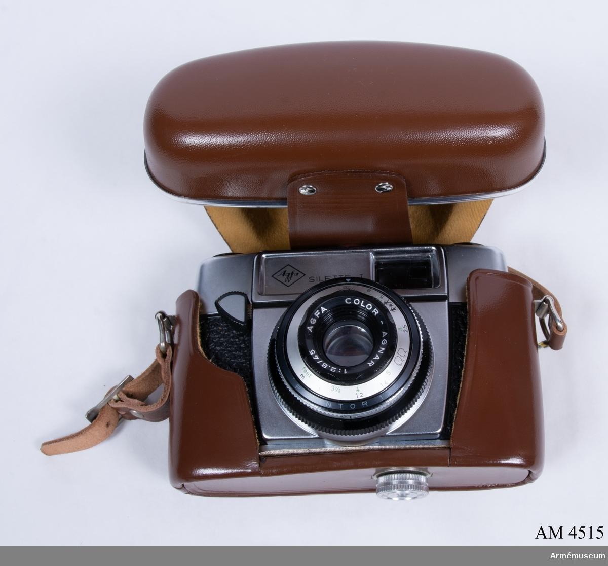 Småbildskamera 135 C MT Agfa Silette I. (M 3830-135031). Består av: 1 kamera, 1 väska av läder m bärrem, 1 motljusskydd m tillh. väska av läder, 1 Agfafilter m tillh. Vikten m tillbehör.