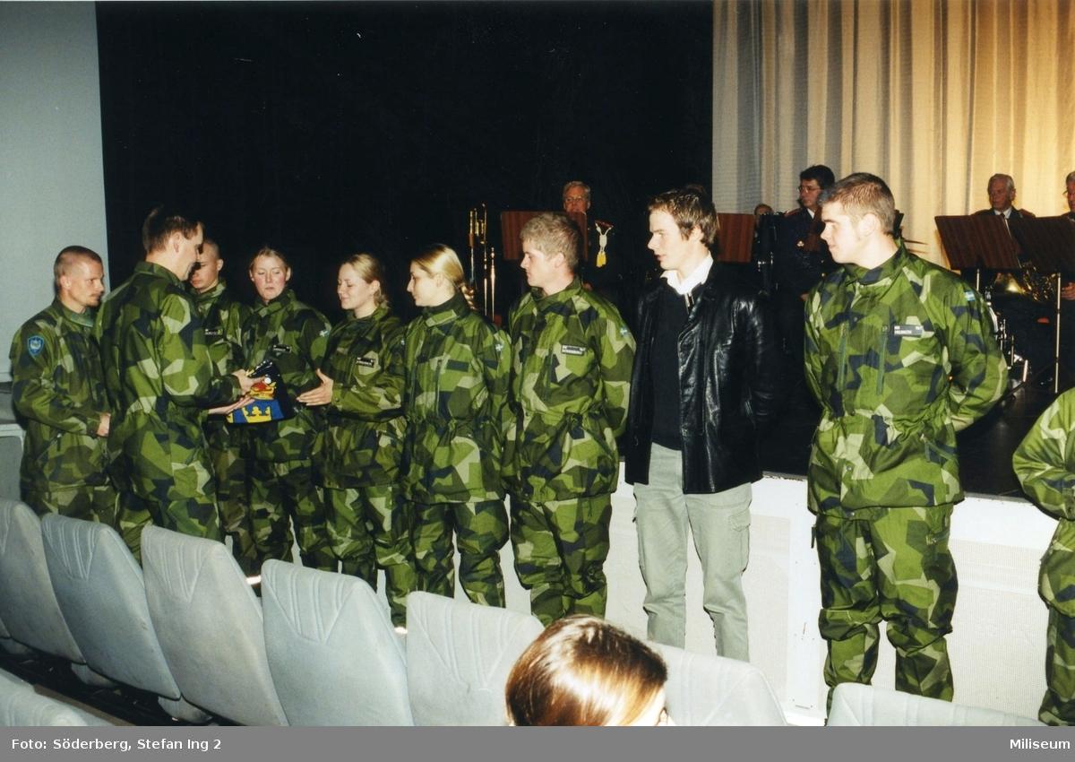 Ceremoni. Hemvärnet på fritidsgården på Ing 2. Major Johan Lindqvist, kompanichef på Ing 2 längst till vänster och överste Bengt Axelsson, regementschef på Ing 2, ryggen mot kameran.