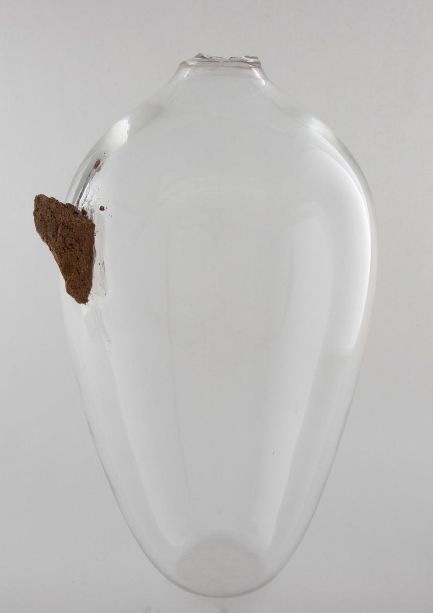 Stor, håndblåst glasskrukke med en teglstein smeltet inn i glasset. Verket er også prosessen, som uavsluttet ligger i spenningen mellom de ikke-kompatible materialene. Steinen vil få vaseformen til å sprekke og krakelere, alternativt plutselig falle sammen til en haug glasskår. Prosessens tidsaspekt er totalt uvisst.