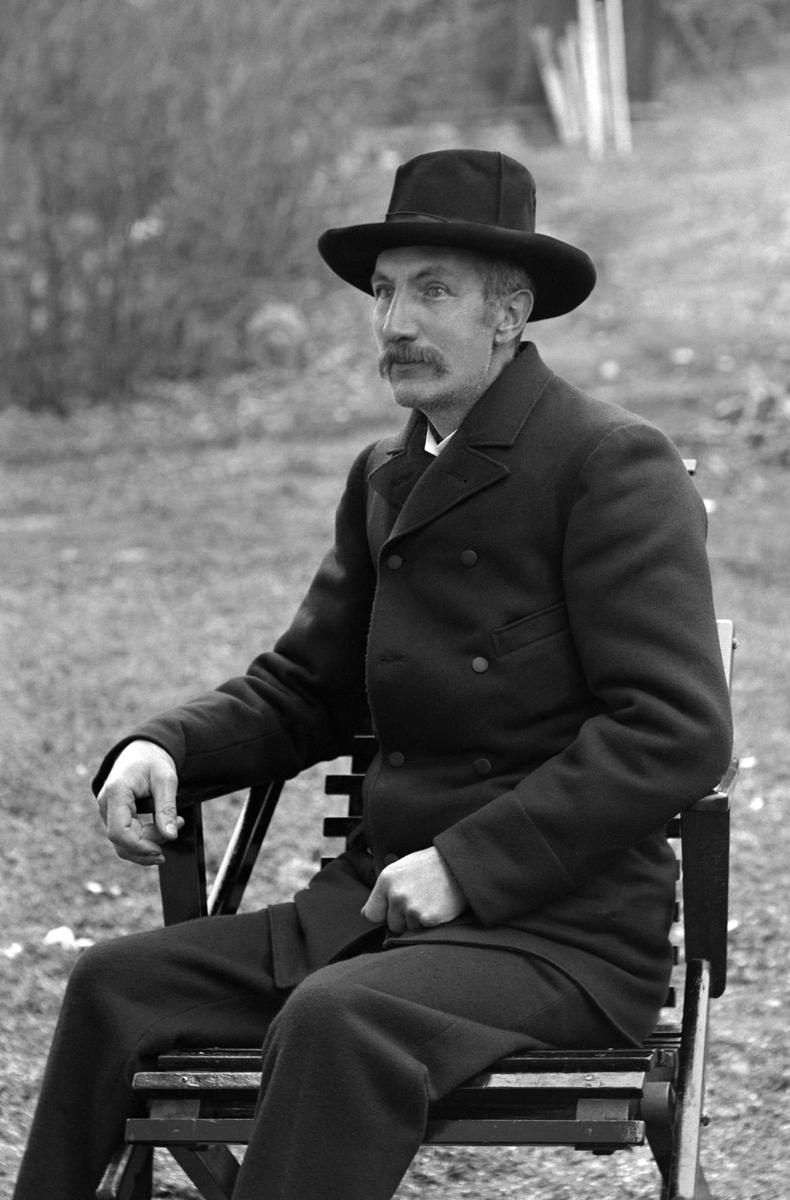 Fotograf Emil Durling vid sitt hem Strömmen i Sankt Anna.