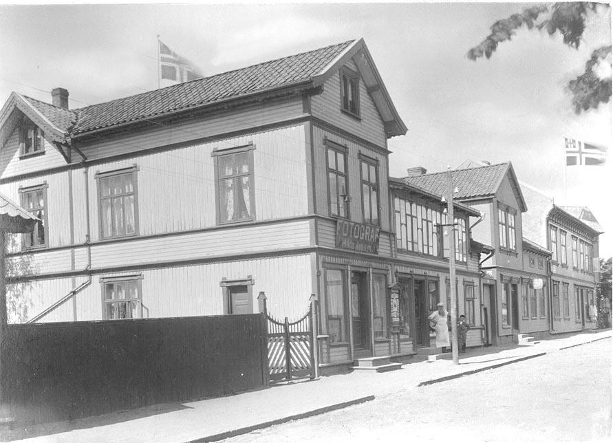 St. Marie gate i Sarpsborg. St. Marie gate 62 i Sarpsborg med bakermester Petter Wilhelm Jensens gård. Ant. er det Jensen som står ved døra.  Fotoatelier til fotograf Hilda Jensen i 2. etasje.