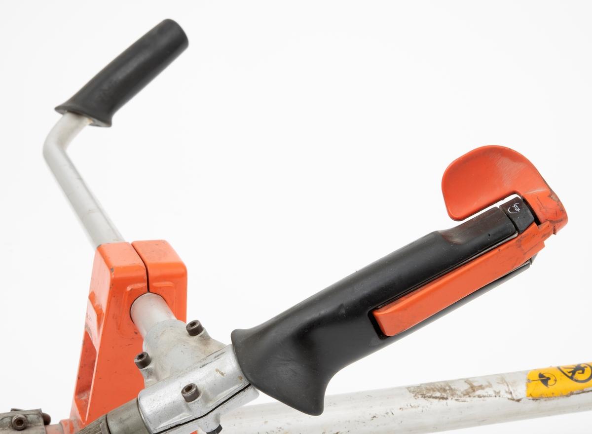 Motorsag, rydningssag, ryddesag, av typen Husqvarna 250 RX beregnet for en person. Ryddesaga ser for registrator ut til å være komplett. Det følger ikke med bæresele til saga. I skogbruket brukes ryddesaga til ungskogpleie, tynning, rydding av kratt, mindre busker og trær.   Rydningssaga består av blad (sirkesagblad, sagklinge) og motor koblet til et langt stålrør/riggrør. Motor og blad er montert i hver sin ende av røret. Bladet er montert til en vinkelveksel/vinkelgir (gearhus). Kraftoverføringen fra motoren til sagbladet skjer ved hjelp av en aksel i det nevnte stålrøret/riggrøret. På riggrøret er det montert ei klamme med en ring til innfesting av bæresele. Saga styres ved et håndtak som på høyre side har påmontert gasspådrag og stoppknapp i samme hendel. Saga er utstyrt med sirkelsagblad for rydding av busker, mindre trær og kratt. Ryddesaga kan også utstyres til å slå gress. Sagas bensintank er plassert foran motorhuset for å sikre så lav drivstofftemperatur som mulig.  Rydningssaga startes ved hjelp av snortrekk/startsnor. Saga har totaktsmotor. Ut fra Husqvarnas salgsbrosjyre i 1990 gjengis det her noen tekniske data for 250 RX: Sylindervolum: 49 kubikkcentimeter Effekt: 2,3 kW (3,2 hk) Turtall: ved maks effekt: 9600 omdreininger per minutt Volum dirvstofftank: 0,75 liter Vekt med standard utstyr: 8,8 kg
