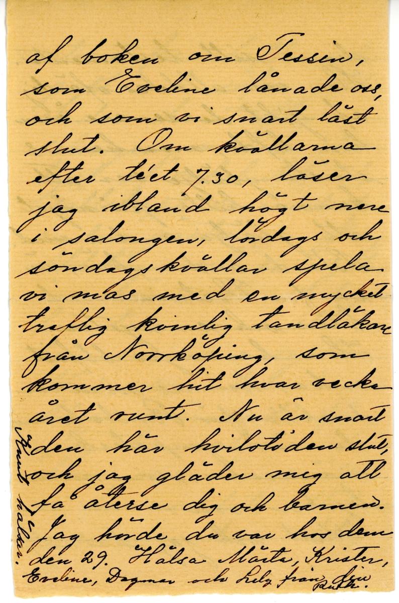 Brev skrivet 1919-11-05 av Ruth Hammarstedt till sin syster Ester Hammarstedt. Brevet består av fyra sidor text skrivet på ett vikt pappersark och hittades i ett adresserat kuvert. Handskrivet i svart bläck.  Brevavskrift:  [Sida 1} Getå den 3 nov. 1919 Käraste syster Ester! Oaktat man ingenting han att göra gå dock dagarna fort, och brefskrifning blir ej så mycket af. Nu kände jag mig dock upplagd att prata en stund och tala om hur vu ha det. Vi hifvas utmänkt, är mycket   [Sida 2] ute i fria luften, äta godt och sofva godt. I den hemtrefliga salongen, med en stor byst af onkel Adam; sällskapa vi med de andra gästerna. Jenny Ahlström och en syster äro här sedan 14 dagar, hon talar med stor beundran om syster Nini, som hela hennes klass svärmade för. Jag har talat med dem om hur snällt vi finner det, att deras mamma kom ihåg  [Sida 3] dig i sitt testamente. Hon var alldeles ofärdig af gikt de senaste åren hon hafde, men hennes största glädje var att kunna hitta på något att glädja andra med. Bland andra här, är en fru Victoria med barn och en syster. Hon har nyss blifvit enka, hennes man var direktör för Rimbo barnen, de äro sympatiska människor, som man tycker om. Krun och jag har roligt   [Sida 4] af boken om Tessin, som Eveline lånade oss, och som vi snart läst slut. Om kvällarna efter te'et 7.30, läser jag ibland högt nere i salongen, lördags och söndagskvällar spela vimas med eb mycket trevlig kvinlig tandläkare från Norrköping, som kommer hit hvar vecka året runt. Nu är snart den här hvilotiden slut, och jag gläder mig att få återse dig och barnen. Jag hörde du var hos dem den 29. Hälsa Märta, Krister, Eveline, Dagmar och helg från fin Ruth.  [Vänstra marginalen] Kurt hälsar.