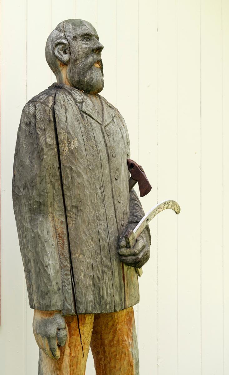 Del av treskulptur utenfor den gamle skogvokterboligen på Storjord i Saltdalen, fotografert i 2020, 18 år etter at dette verket blev avduket av daværende stortingspresident Jørgen Kosmo. Treskjærerarbeidet er utført av Henning Ramsvik fra Rognan. Skulpturen viser en godt voksen mann (fra lårene og oppover) med en arvidsjaurklave i handa og ei merkeøks under armen. Den portretterte skal være Wilhelm Tjodolf Berbom (1827-1912). Han var født i Kristiania, der faren var byråsjef i Justisdepartementet. Unge Wilhelm gikk i farens fotspor. Etter artium gav han seg i kast med jusstudiet. Berbom avla embetseksamen i dette faget i 1854. Deretter var han først fullmektig hos fogden i Gudbrandsdalen i halvannet år, før han fikk en kontorpost i Indredepartementets brannforsikringskontor. Etter et par år der fikk den unge juristen stipend som gjorde det mulig å reise til Giessen i Hessen for å studere forstvitenskap. Dette gjorde han i 1858-60. Ved hjemkomsten fikk Berbom en midlertidig ansettelse i det som var i ferd med å bli en statlig skogetat og et konkret oppdrag som dreide seg om å undersøke «Skovvæsenets Tilstand» i Nordlands amt (fylke). Etter å ha arbeidet med dette prosjektet ble Berbom forstmester i dette fylket. Denne posisjonen hadde han fra 1863 til 1875, forst med bopæl i Skærstad, seinere i Bodø. Dette var en vanskelig oppgave, for lokalbefolkningen var vant til å rå seg sjøl, også i den skogen Berbom og kollegene hans var satt til å skjøtte som statens eiendom. Etter perioden i Nordland fikk han en tilsvarende stilling i Hedmark og flyttet til Hamar. Der ble Berbom inntil han i 1894 søkte avskjed for å bli pensjonist. Berbom ble boende på Hamar resten av livet.