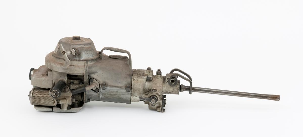 """Bormaskin, motorbormaskin, bergbormaskin (fjellboringsmaskin), av typen Atlas Copco Cobra BBM 45 L brukt for boring i stein og fjell med sikte på sprenging. Det er montert et bor i maskinen, som for øvrig sitter løst. En slik bormaskin kunne for eksempel brukes under grunnarbeid ved bygging av skogsbilveger. Bormaskinen drives av en totaktsmotor med oljeblandet bensin i forholdet 1:16. SJF.14566 er identisk med SJF.12148, beskrivelsen av SJF.14566 er kopiert fra SJF.12148:  (Se også vedlagt skannet kopi av instruksjonsbok for BBM 45 L under fanen """"Referanse til filer"""".)  Cobra-maskin fra selskapet Atlas Copco, bygd for boring i stein og fjell under grunnarbeid, blant annet i forbindelse med vegbygging og sprenging.   Maskinen er håndholdt og motordrevet.  Den later i hovedsak til å være bygd av komponenter av stål og aluminium.  Redskapet holdes og styres ved hjelp av to rørformete handtak som stikker fram på hver sin side av maskinens overdel. Til det ene av handtakene er det koplet i stålbøyle, som brukes til å gi gass, for dermed å øke arbeidshastigheten.  En halvannenliters drivstofftank er montert øverst på maskinen. Den har gjenget lokk. Tanken omslutter delvis et luftfilter med perforert overflate.  Under filteret er det en skrue som regulerer drivstofftilgangen til motoren.    På den ene side av maskinens overdel finner vi et deksel som skjermer et svinghjul med vifte.  På viftedekselet er det montert et handtak for startsnora, som for øvrig er en metallvaier.  På svinghjulhuset finner vi også et lettmetallskilt, som viser at maskinen har typenummer BBM 45L og tilvirkningsnummer 73 04 46.    Når maskinen trekkes i gang ved hjelp av startsnora, begynner veivakselen, som sitter like ved drivstoffskruen, å rotere.  Når motorstempelet går nedover, suges luft inn i luftfilteret gjennom forgasseren, der lufta blandes med brensel fra bensintanken.  Blandinga av luft og brensel komprimeres i veivhuset og overføres til sylinderen, der den samtidig fortrenger avgassen"""