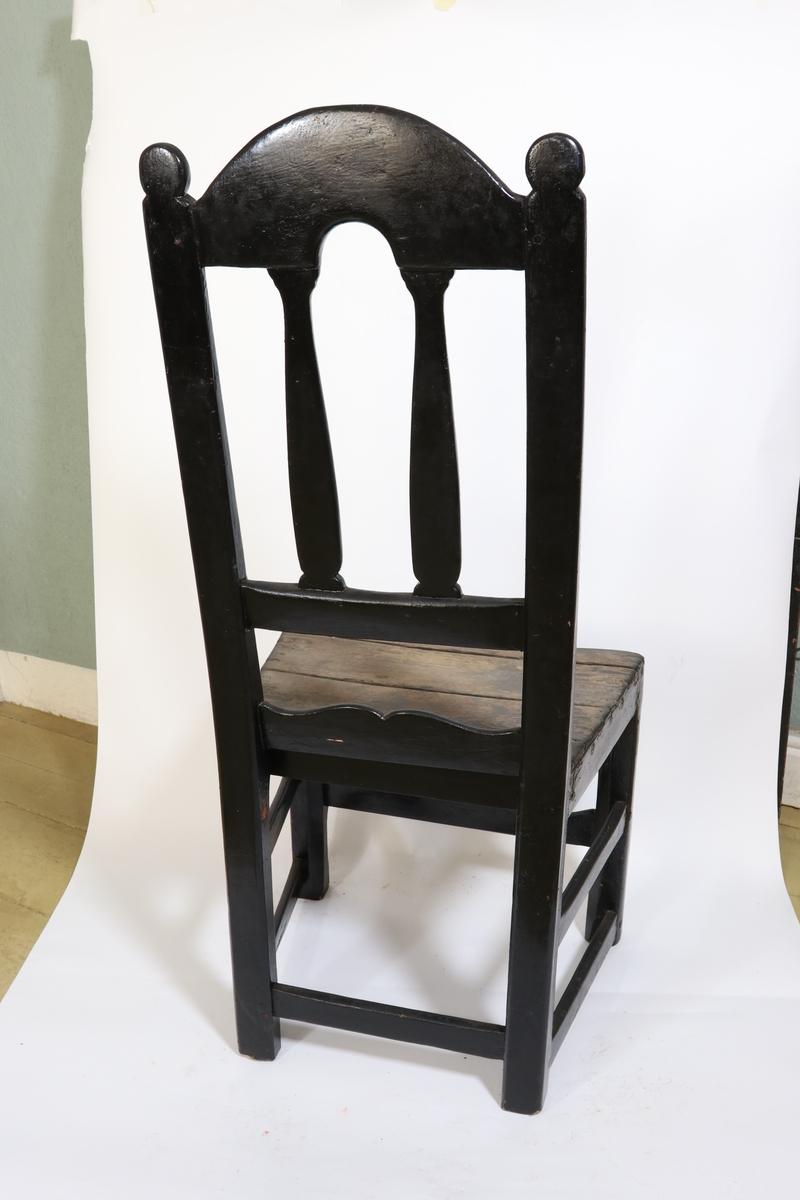 Stoler med høy stolrygg.   a) Malt sort, malingen er slitt av på setet. b) Malt lys rosa. Spor etter sort maling på setet.