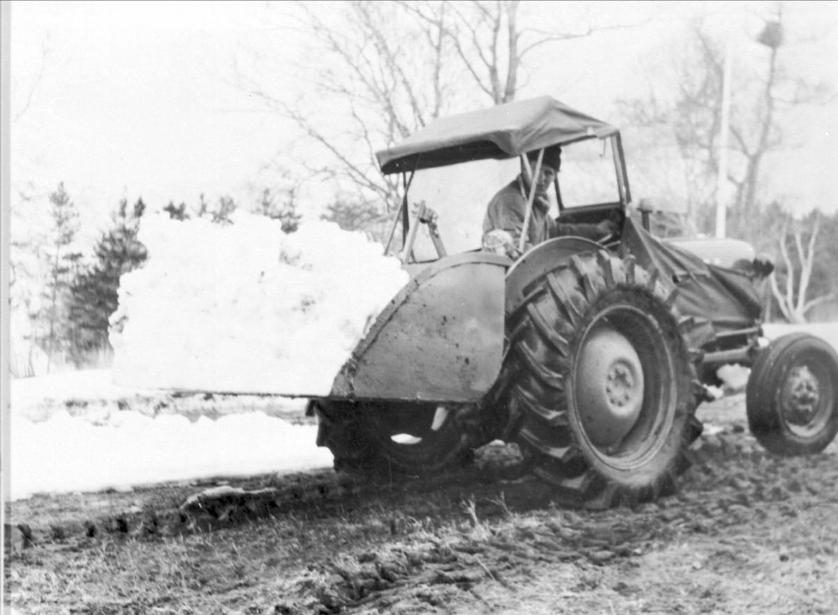 Snørydding med traktor.