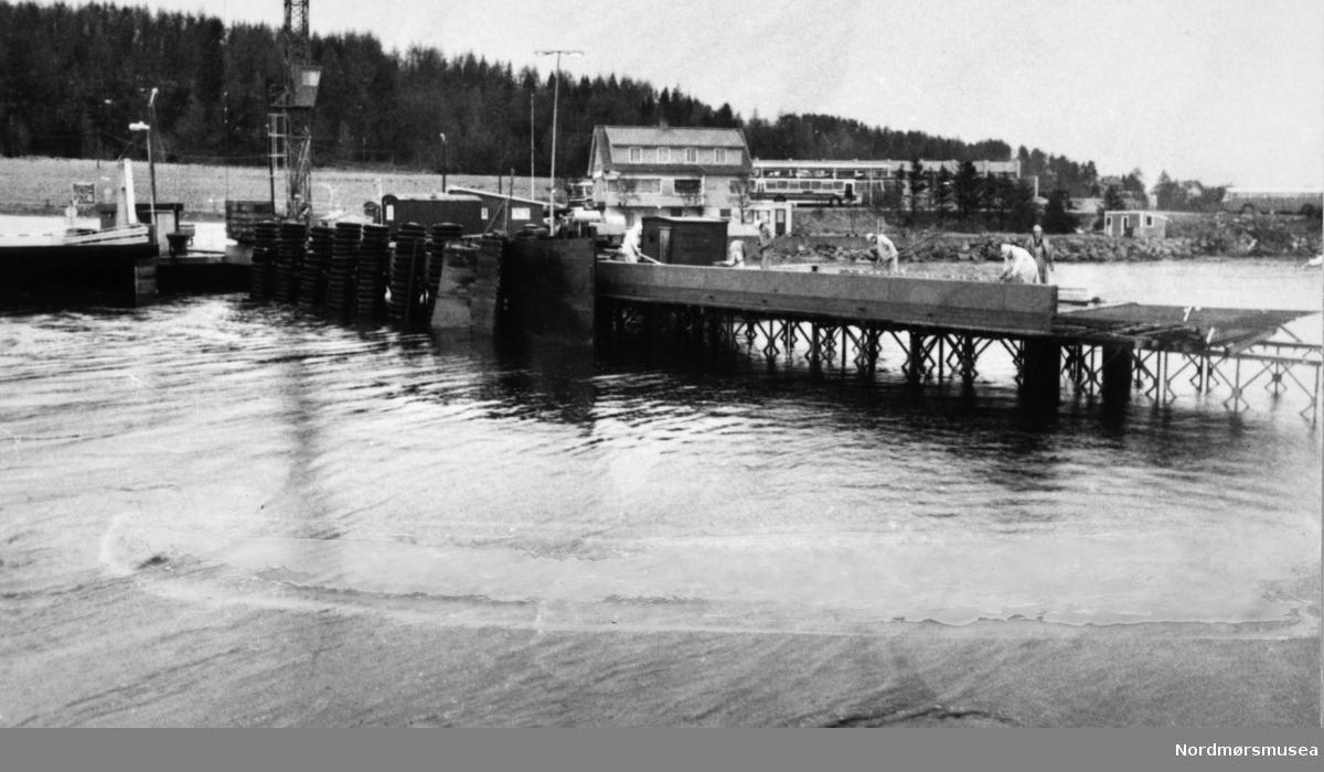 Bremsnes fergekai. Averøy billag bak.  Bremsnesfjorden.Bildet er fra avisa Tidens Krav sitt arkiv i tidsrommet 1970-1994. Nå i Nordmøre museums fotosamling.