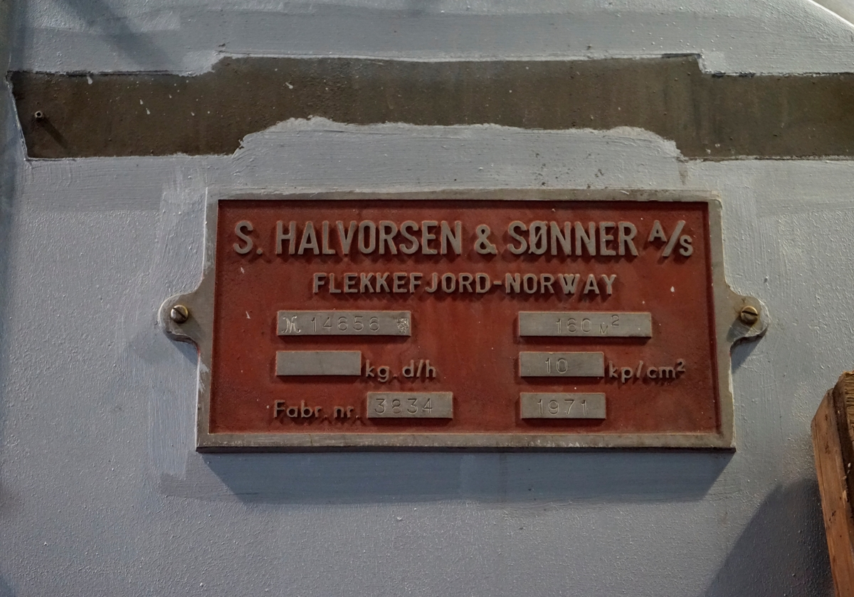 Fabrikkskilt på kjeler i Bygg 46-49 (Fyrhuset) i National / ABB's anlegg på Brakerøya. Skiltet viser at kjeleanlegget er levert av S. Halvorsen & Sønner i Flekkefjord i 1971.